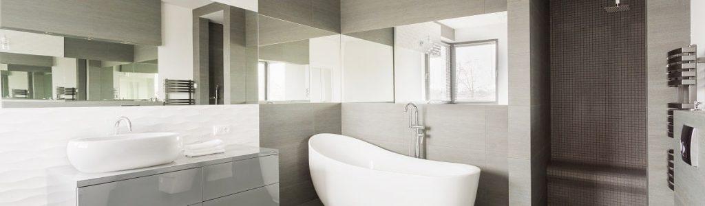 Modernes Bad mit ebenerdiger und offener Dusche, freistehender Badewanne und zwei Waschbecken