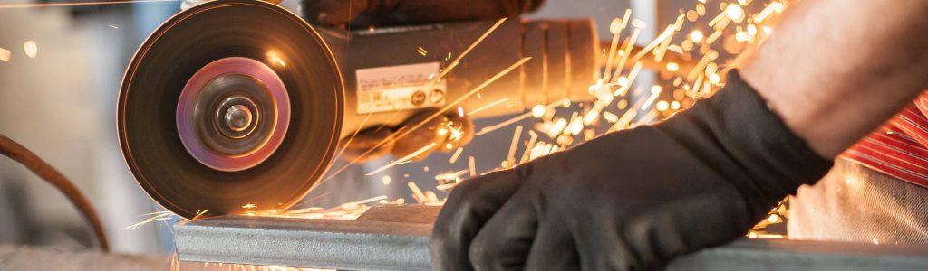 Winkelschleifer beim schleifen von Metall, wodurch Funken entstehen